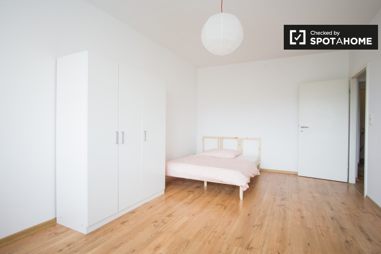 Double Bed in Rooms for rent in a 4-bedroom shared apartment, Friedrichsfelde