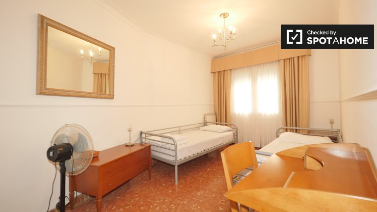 Beds to rent in 4-bedroom apartment - Gràcia, Barcelona