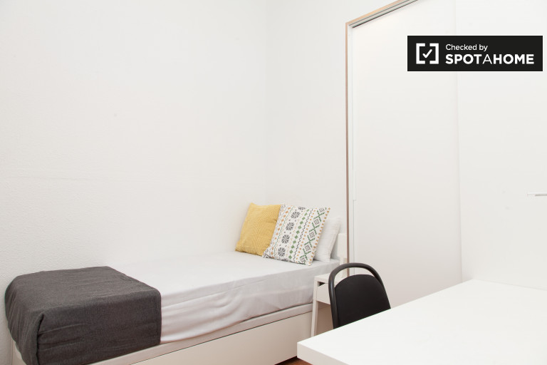 Single Bed in Rooms for rent in newly-remodeled 5-bedroom apartment in Salamanca