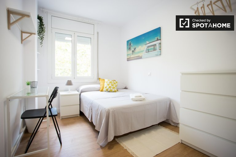 Cozy room in 4-bedroom apartment in Sants, Barcelona