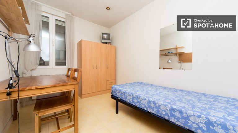Single Bed in Single rooms in a 100 sqm four bedroom, two bathroom ...