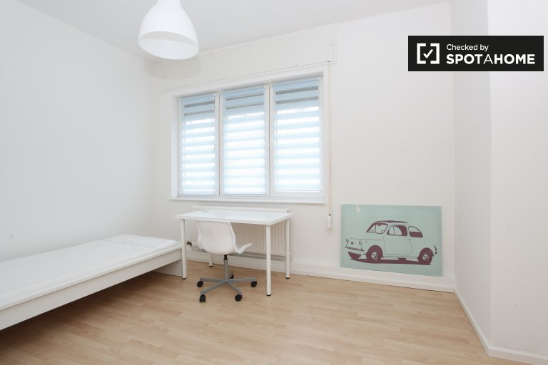 Tidy room in 2-bedroom apartment in Neukölln, Berlin