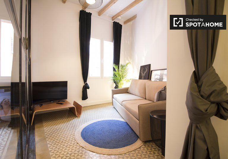 Chic 2-bedroom apartment for rent in Imperial, Madrid
