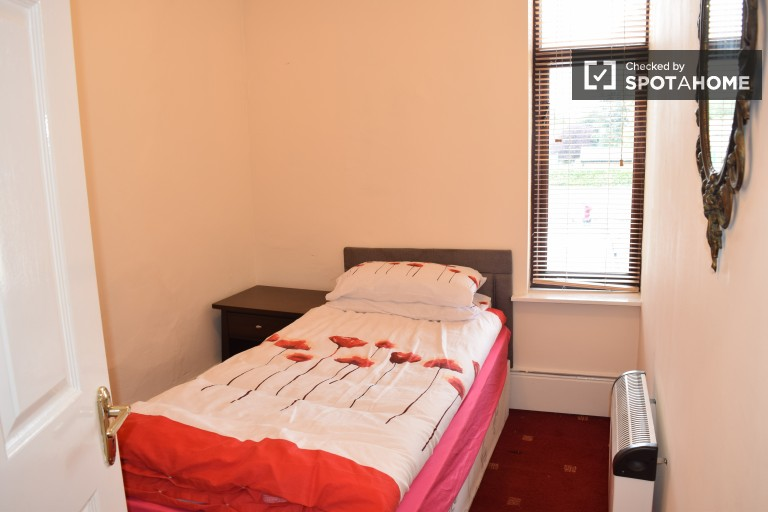 Single Bed in Rooms to rent in well-equipped 3-bedroom house in popular Stoneybatter
