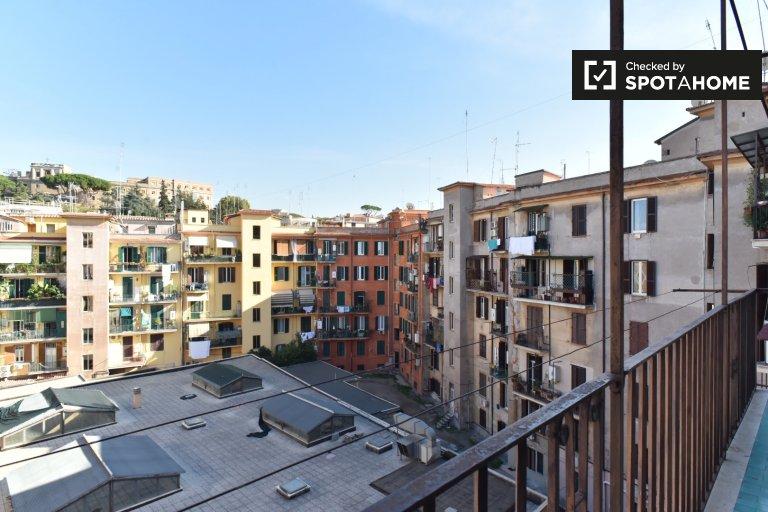 Roma'nın San Pietro şehrinde bulunan 4 odalı bir dairede rahat bir oda