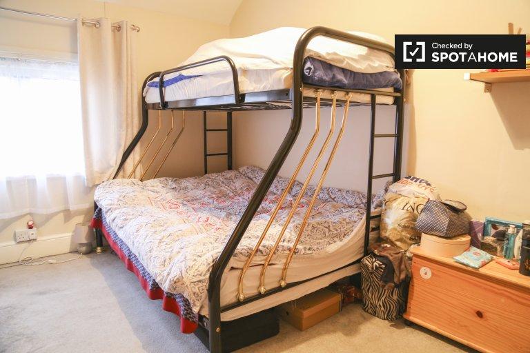 Chambre à louer dans charmante maison de 4 chambres à coucher dans la paisible Cabra