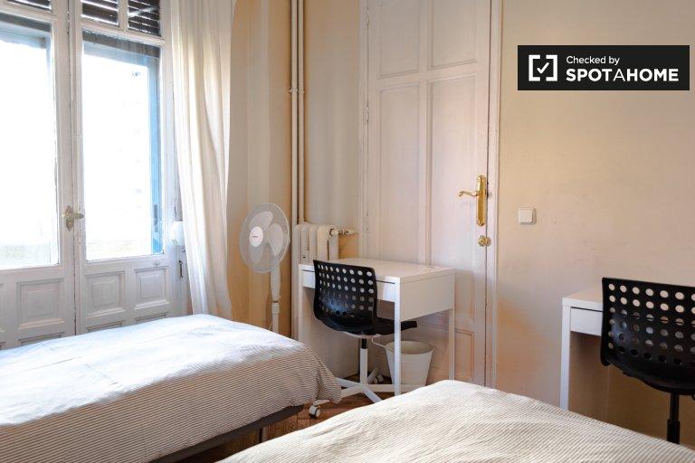 Chambre à louer dans un appartement de 3 chambres à Cuatro Caminos