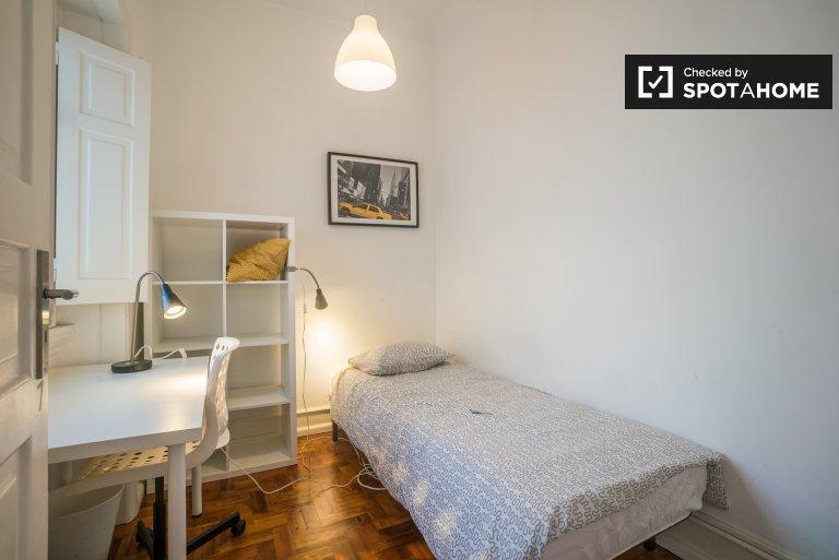 Quarto acolhedor em apartamento de 7 quartos no Areeiro, Lisboa