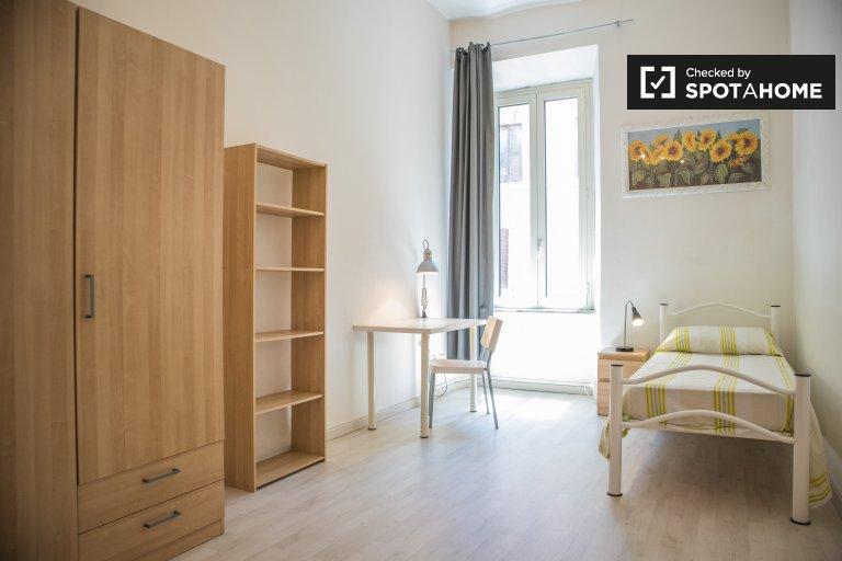 Salario'da 4 yatak odalı dairede kiralık geniş oda