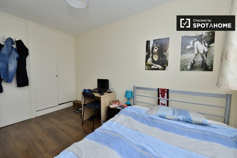 Double Bed in Rooms to rent in gorgeous 4-bedroom Streatham Hill apartment