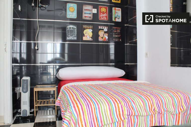 Bright room for rent in 2-bed apartment in Tetuán, Madrid