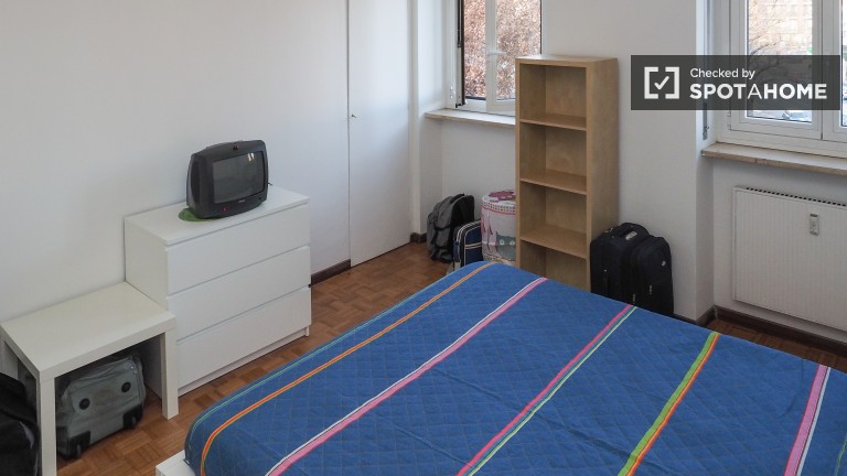 Double Bed in Rooms for rent in 3-bedroom apartment in Lorenteggio, near Bande Nere metro