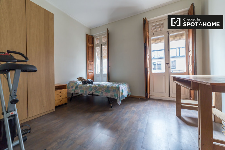 Single Bed in Room with balconies for rent in a 2-bedroom apartment in Ectramurs