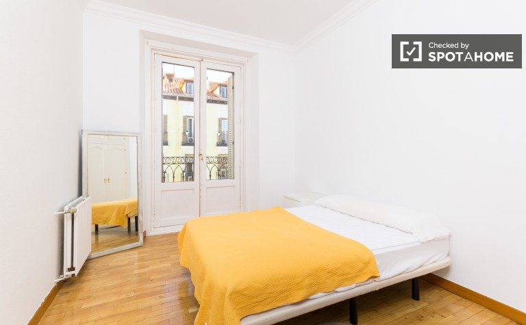 Double Bed in Rooms available to rent in 3-bedroom apartment shared with the live-in landlord in Centro, Madrid