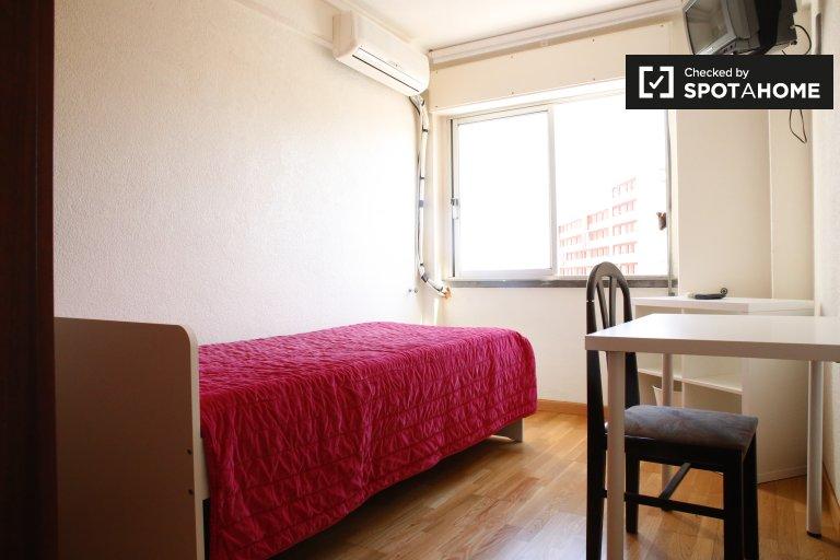 Se alquila habitación en apartamento de 3 dormitorios en Lumiar
