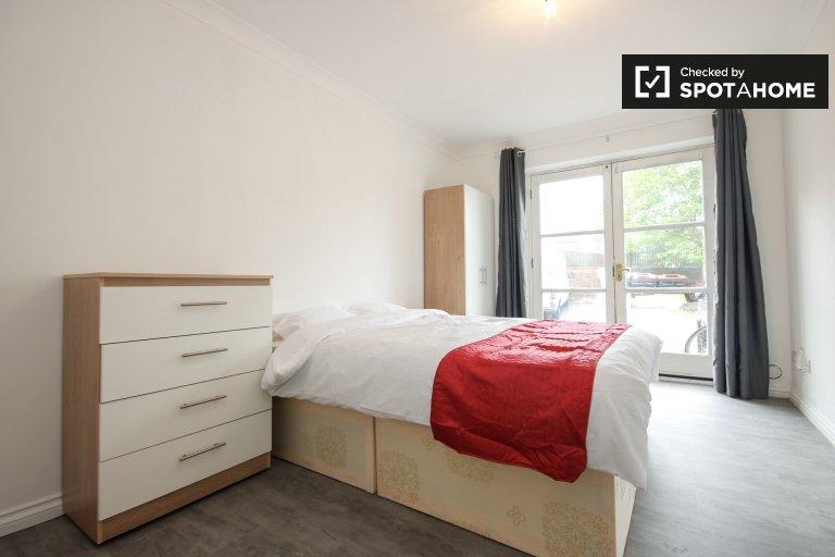 Jasny pokój w apartamencie z 4 sypialniami w Clapton w Londynie