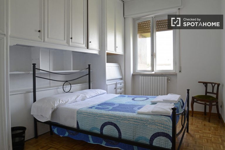 Single room for rent in 4-bedroom apartment in Milan