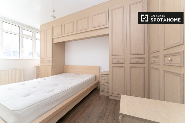 Double Bed in Rooms to rent in tidy 4-bedroom apartment in Tower Hamlets