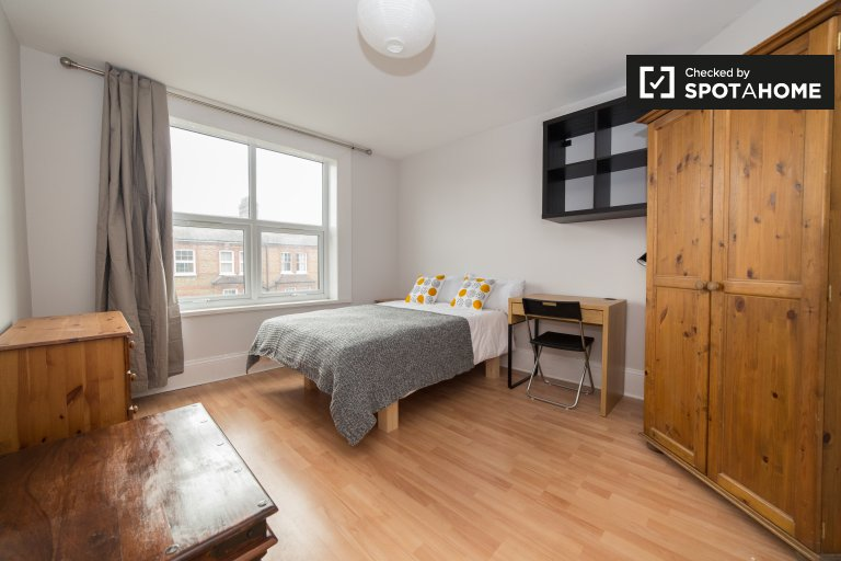 Double Bed in Rooms to rent in contemporary 4-bedroom apartment in Battersea