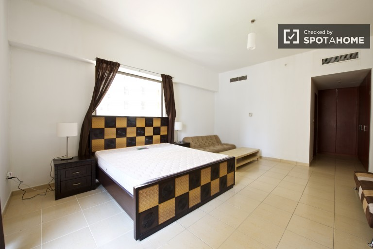Double Bed in Rooms to rent in 3-bedroom 6th-floor apartment with a balcony in Dubai Marina
