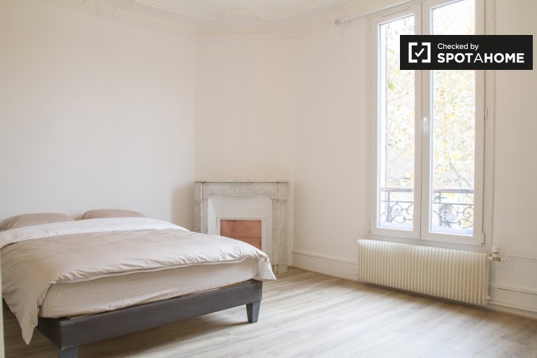 Double Bed in Rooms for rent in renovated 4-bedroom house in Nanterre