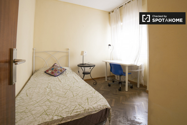 Single Bed in Spacious rooms for rent in 6-bedroom apartment in Los Remedios