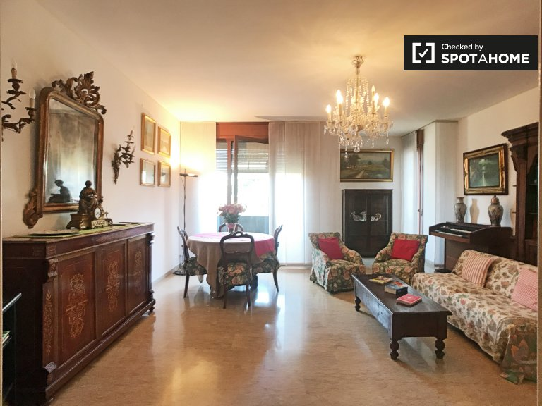 Traditional 3-bedroom apartment for rent in Sempione, Milan