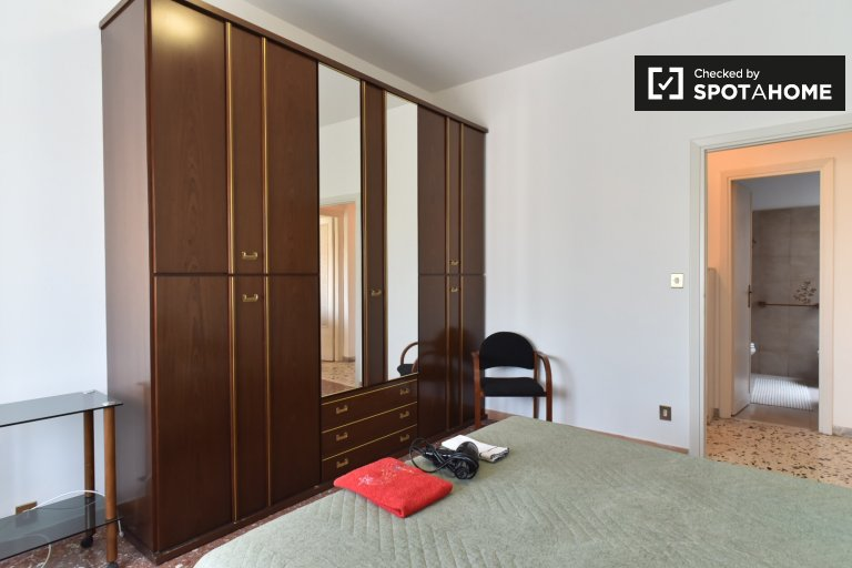 Large room in 3-bedroom apartment in Centrocelle, Rome