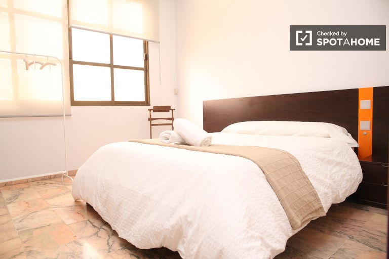 Double Bed in 5 Rooms in shared flat with AC in María Luisa area, for students and postgraduate students