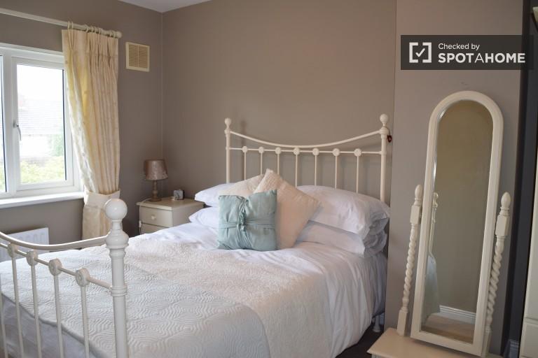 Grande chambre dans un appartement partagé à Leopardstown, Dublin