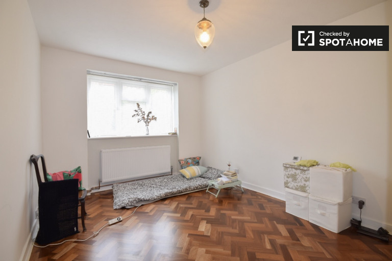 Double Bed in Room for rent in cute 2-bedroom apartment in Barnet