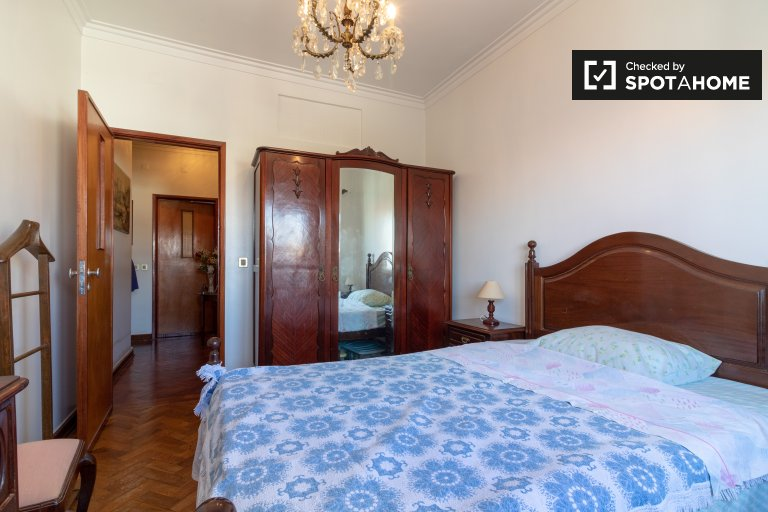 Tidy room for rent in 2-bedroom apartment in Parede, Lisbon