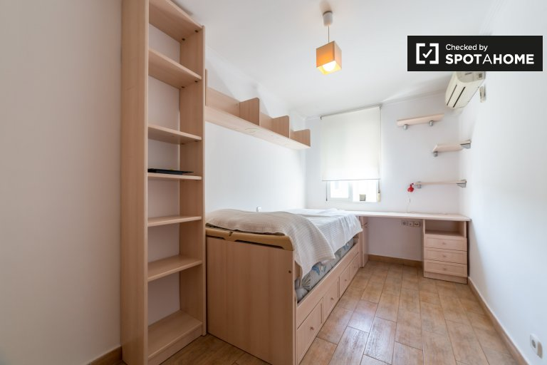 Single Bed in Rooms for rent in spacious 4-bedroom apartment in LOlivereta
