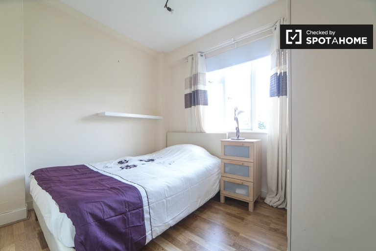 Cozy room to rent in 2-bedroom apartment in Hounslow, London