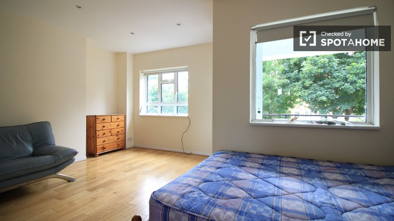 Double Bed in Rooms available for rent in 4-bedroom, 2-storey flatshare in South Lambeth