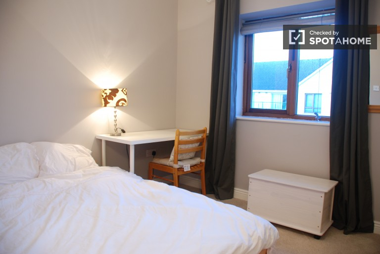 Room 1 - Luminous Room With Double Bed, Desk and Wardrobe
