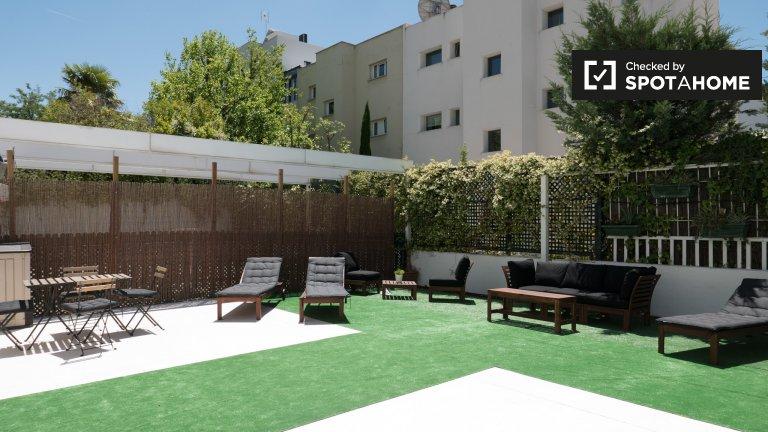 Grande quarto para alugar em residência em Chamartín, Madrid