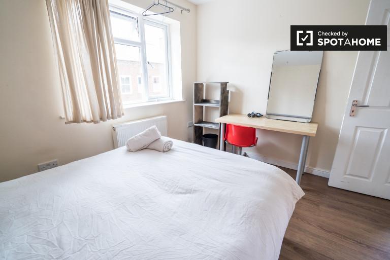 Duży pokój w trzypokojowym mieszkaniu w Bethnal Green w Londynie
