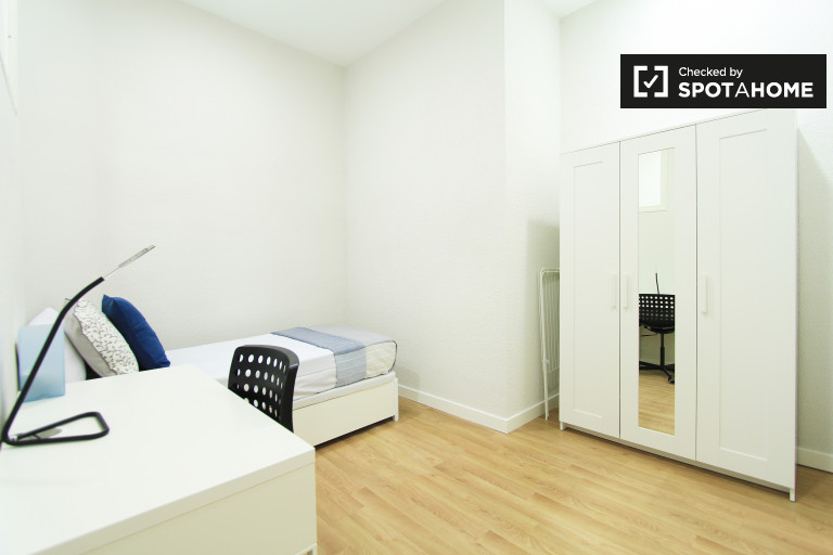 Single Bed in Rooms for rent in high-demand 6-bedroom apartment in upscale Salamanca