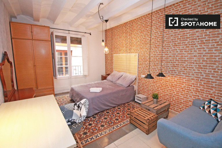Cozy room in shared apartment in Barri Gòtic, Barcelona