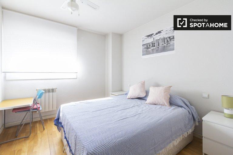 Elegancki pokój do wynajęcia w apartamencie z 2 sypialniami w Usera w Madrycie