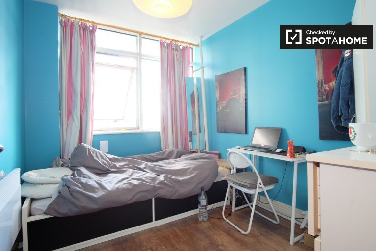 Room for rent in snug 2-bedroom flat in Stratford, London