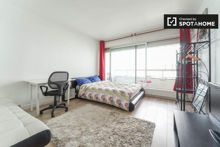Bright studio apartment with balcony for rent in Paris 14