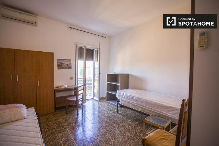 Pokój do wynajęcia w mieszkaniu z 4 sypialniami w Tor Vergata