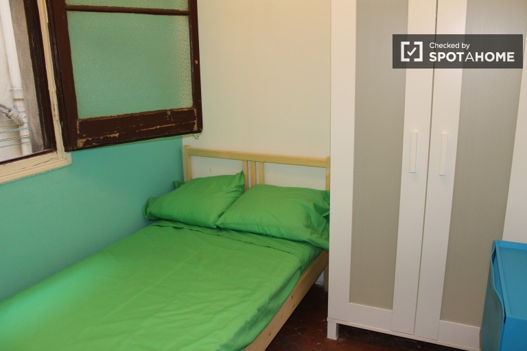 Single Bed in Rooms for rent in a social 9 bedroom apartment in El Born, close to the city centre
