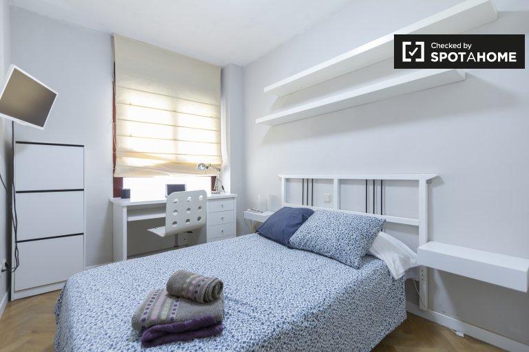 Jasny pokój w apartamencie z 3 sypialniami w Prosperidad w Madrycie