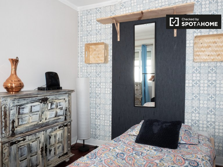 Bright room for rent in 2-bedroom apartment, Santo António