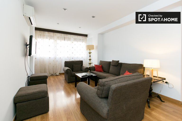 Spacious 2-bedroom apartment with AC for rent in Plaza de Toros