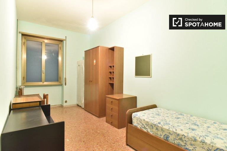 Quarto acolhedor em apartamento de 4 quartos em Tuscolano, Roma