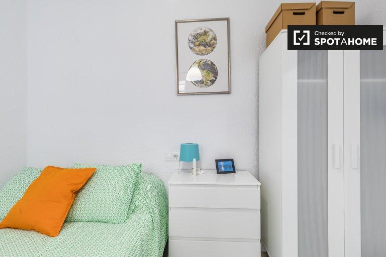 Chambre confortable dans un appartement de 3 chambres à Poblats Marítims